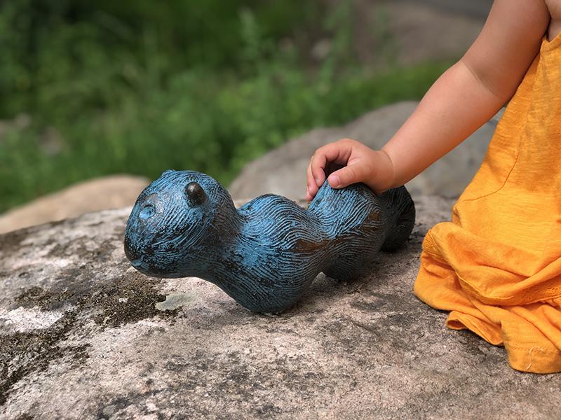 Skulptur av mask i brons